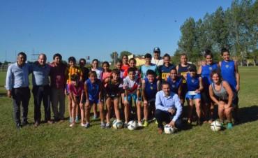 Abella entregó un subsidio al equipo de fútbol femenino de Puerto Nuevo