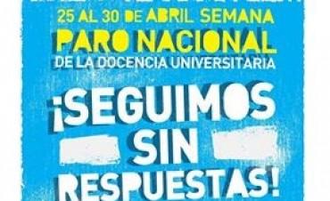 Clase pública de la Universidad de Luján en la Plaza Eduardo Costa