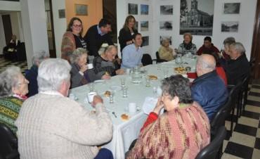 """Abella compartió un desayuno con abuelos del Hogar del Hospital """"San José"""""""