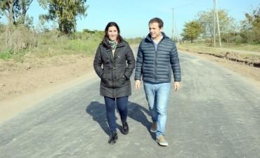 Abella recorrió la obra de asfalto de acceso a Las Praderas y anunció nuevos trabajos