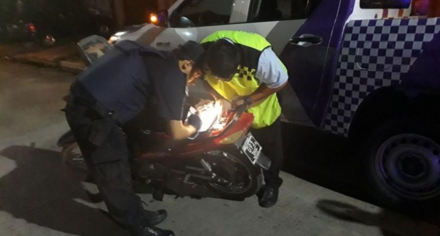 Detienen a una persona a la que se le encontró marihuana y secuestran su moto por falta de documentación