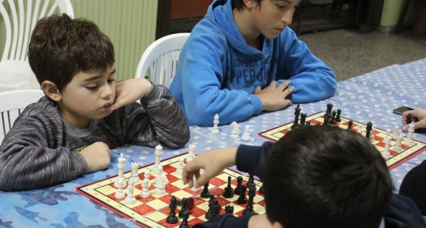 Niños y jóvenes disfrutan de la Escuela Municipal de Ajedrez