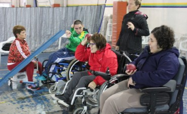 Adultos mayores y jóvenes con discapacidad disfrutan del deporte