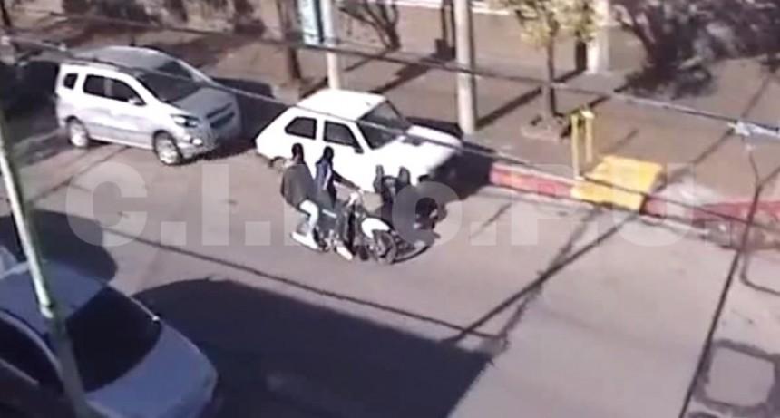 """Las cámaras de seguridad y el rápido accionar policial permitieron detener a 2 """"motochorros"""" tras raid delictivo"""