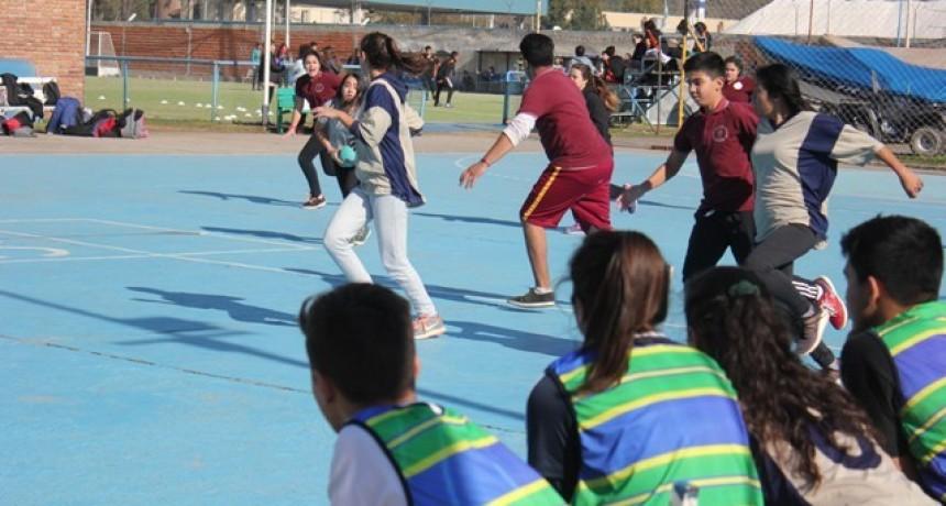 Estudiantes de escuelas secundarias participaron de un encuentro intercolegial de handball