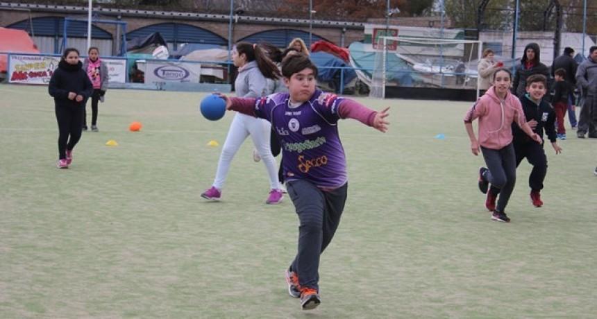 Estudiantes de escuelas primarias participaron de un nuevo intercolegial de handball