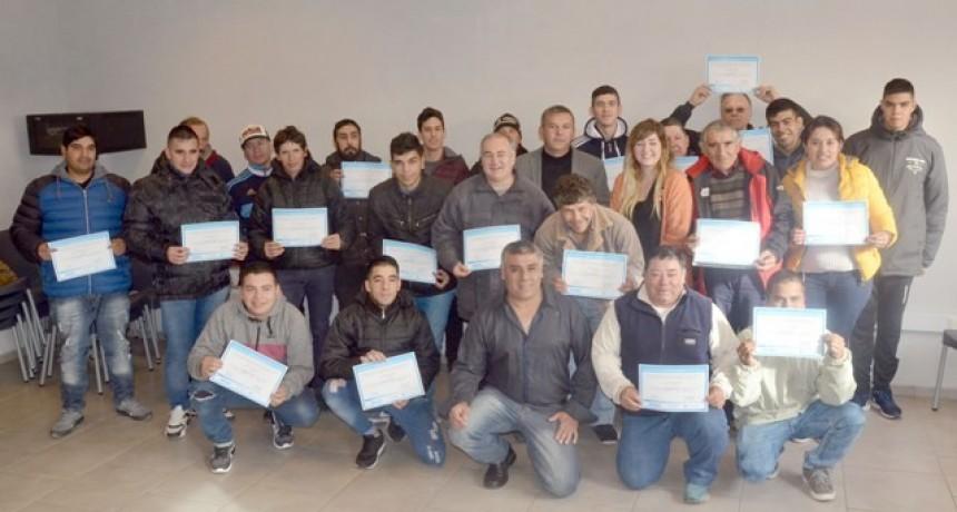 """Beneficiarios del programa """"Hacemos futuro"""" finalizaron los cursos de plomería y electricidad"""
