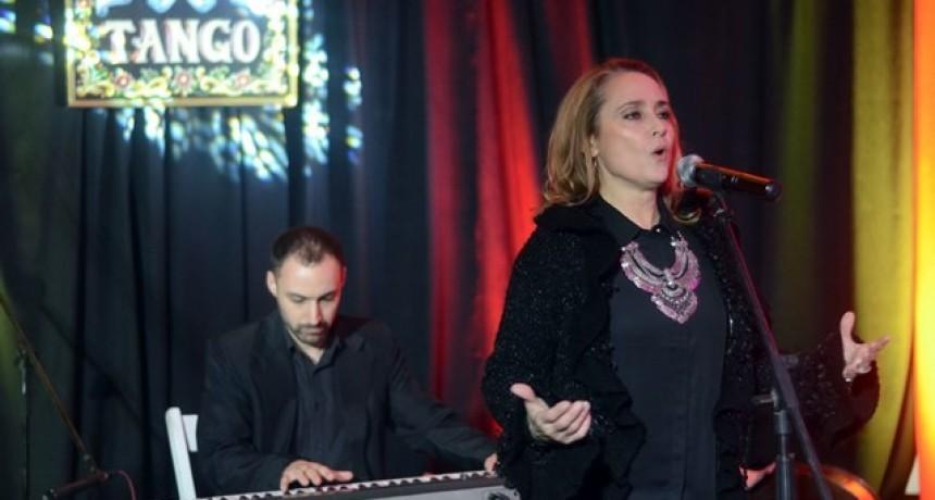 """Más de 150 vecinos disfrutaron del espectáculo gratuito """"A puro tango"""""""