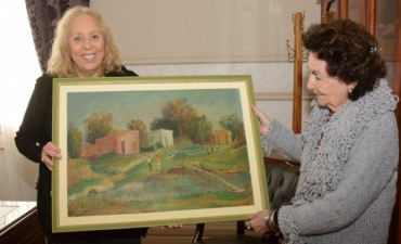 La familia del artista Ezio Mollo entregó un obsequio a la Jefa Comunal Stella Giroldi