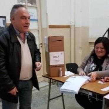 Juan Ghione emitiò su voto en la Escuela Nº 16