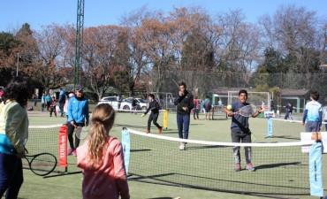 Los chicos de la Escuela Municipal de Tenis celebraron su día a puro deporte