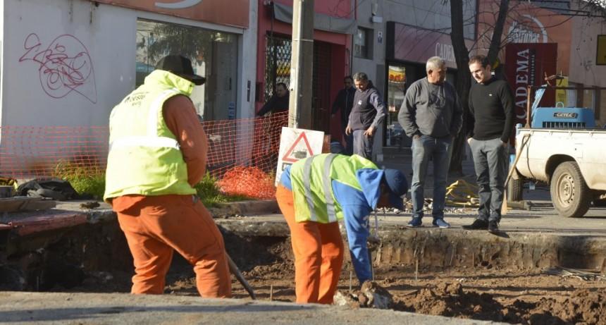 Se repara el hormigón dañado de la esquina de la avenida Varela y 9 de Julio