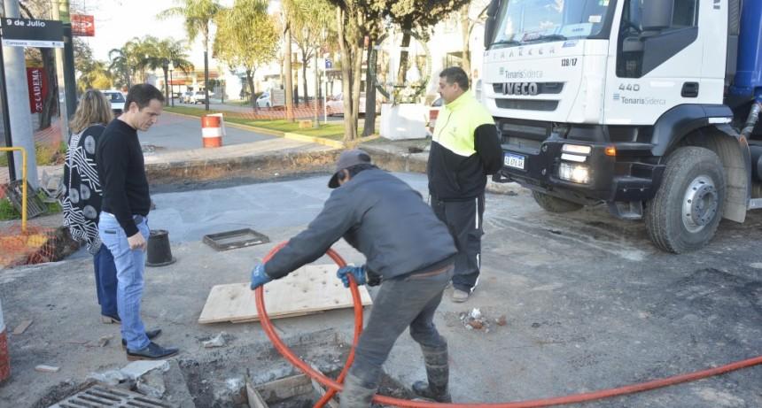 Limpian las cámaras de los desagües pluviales de la avenida Varela