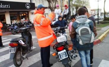 """En inmediaciones de las Plazas """"Italia"""" y """"Eduardo Costa"""", el Municipio intensifica los controles de tránsito"""