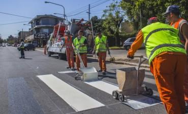 El Municipio realiza importantes trabajos de señalización en boulevard Dellepiane, avenida Varela y Luis Costa