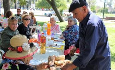 Adultos mayores festejaron la llegada de la primavera en el Club Ciudad