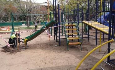 Comenzaron a reparar los juegos del Parque Urbano