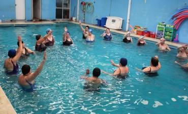 Adultos mayores disfrutan de clases gratuitas de Acuagym