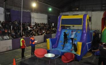 Con divertidas pruebas y un certamen de canto, se realizó la semifinal de Campana Juega