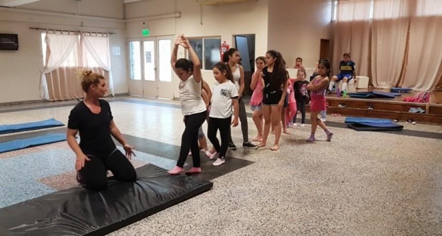 Dictan clases gratuitas de gimnasia deportiva y stretching para niños