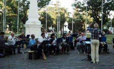 Las bandas municipales de Campana y Bragado tocan en el Cardales Village School
