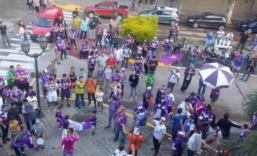 Los hinchas de Villa Dálmine se dieron cita en las puertas del palacio municipal esperando por la votación del expediente del estadio