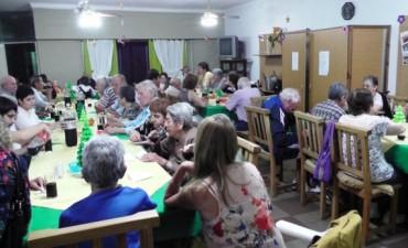Los abuelos del Hogar de Ancianos compartieron una Cena de Camaradería con motivos de las Fiestas Navideñas