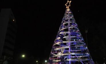 El arbolito de Navidad ya ilumina el centro de la ciudad
