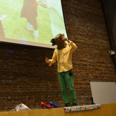 Marcos López llenó el Auditorio de Tenaris de creatividad, lucidez y ocurrencias