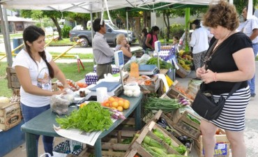 Impulsado por el Municipio, la Feria de Productores dijo presente en la Plaza de Barrio Del Pino