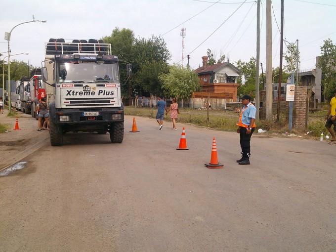 Dakar: la Policía Local y la Dirección de Tránsito ordenan la llegada de los vehículos al puerto