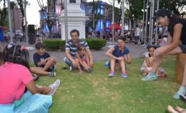 """Los libros y el arte """"invadieron"""" la plaza Eduardo Costa"""