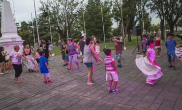 El taller municipal de Folklore y Bombo llenó de ritmo el Patio de las Américas