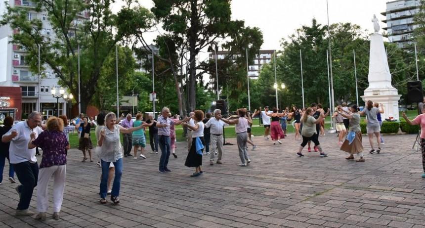 Más de 80 vecinos participaron de la clase abierta de Folklore