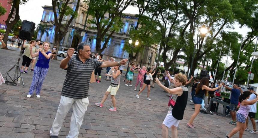 Este lunes dictarán otra clase abierta de folklore en la plaza Eduardo Costa