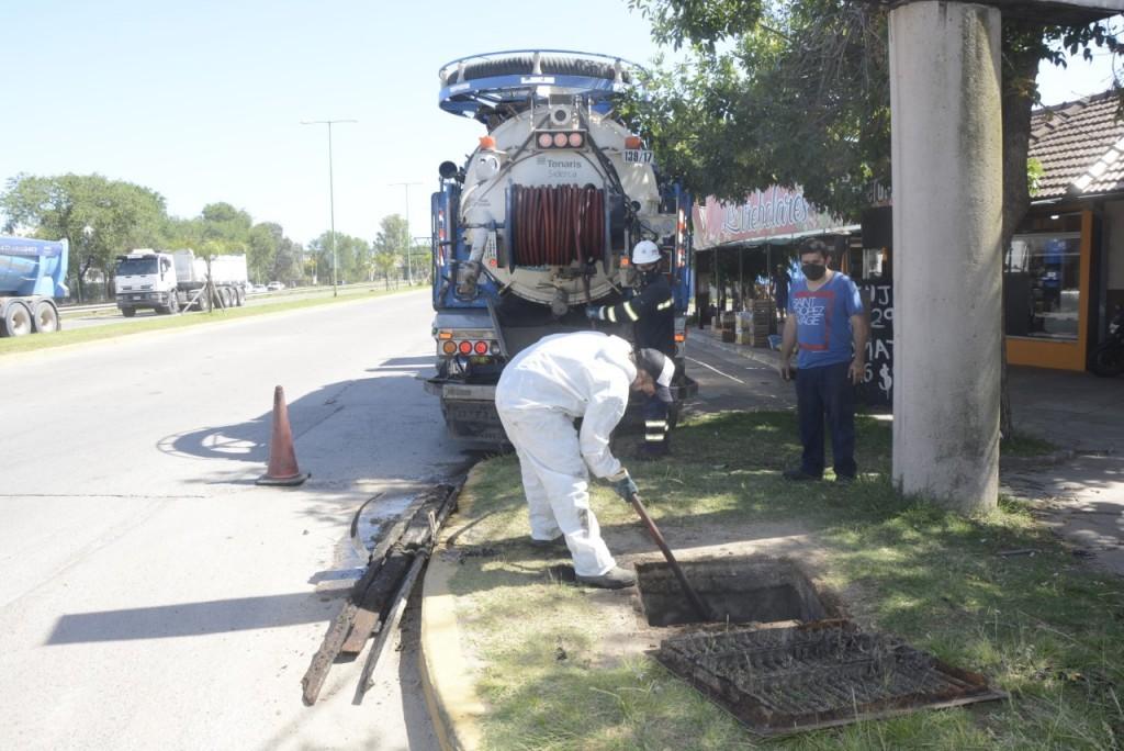 Un camión desobstructor trabajó en la limpieza de pluviales en Lubo
