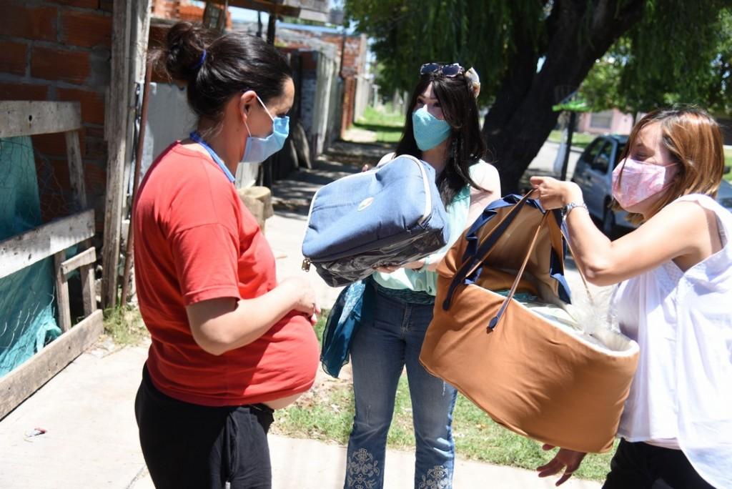 Futuras mamás recibieron moisés con ajuar en sus domicilios