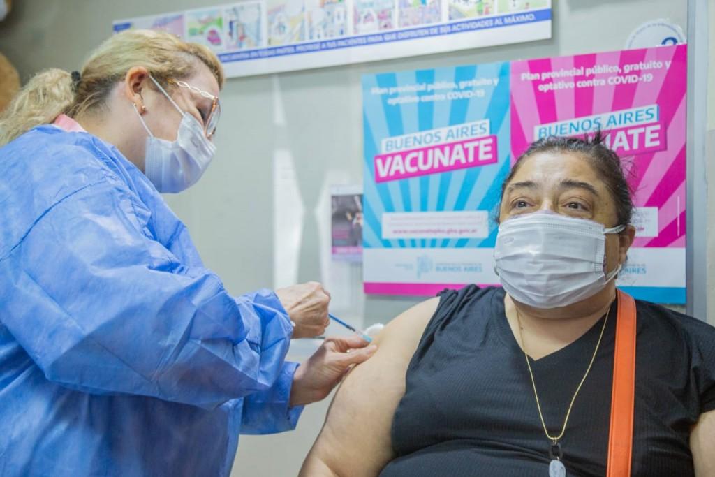 Comenzaron a vacunar contra el Covid-19 a personal de la salud mayor de 60 años