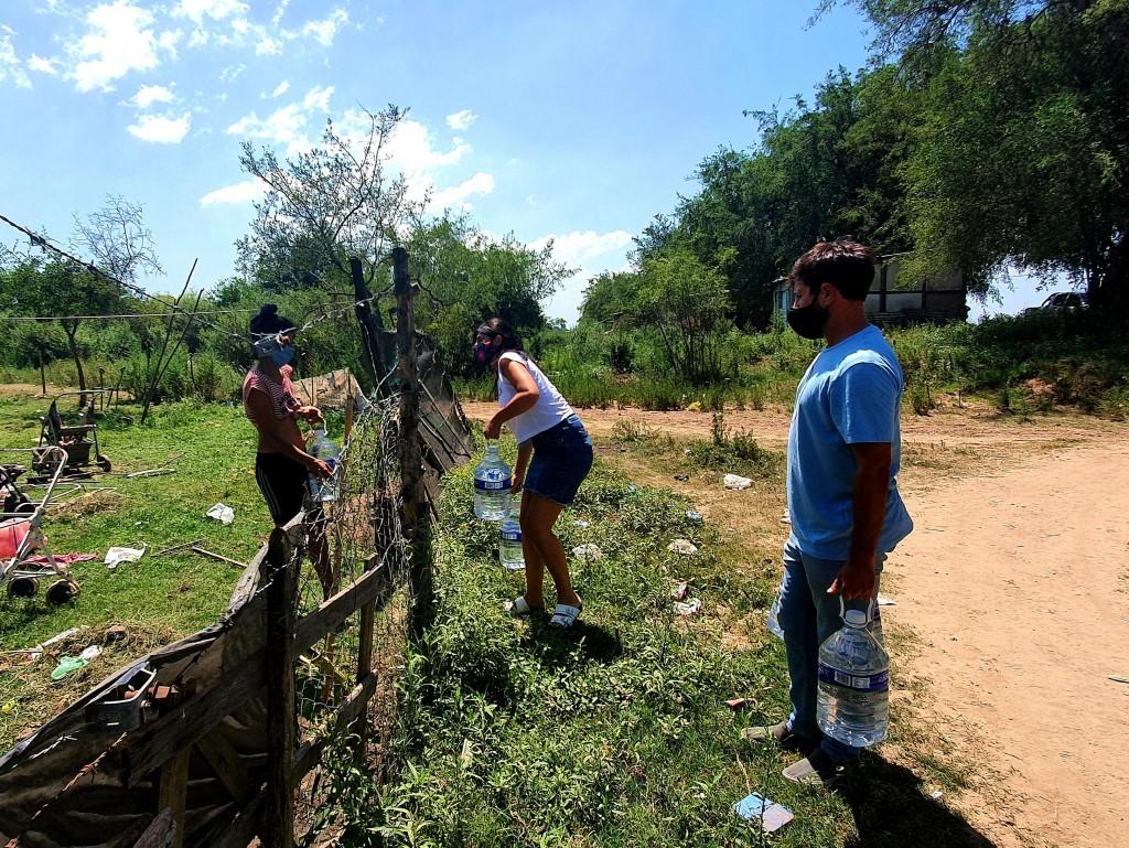 Desde el peronismo local entregan agua potable a vecinos de la Josefa.