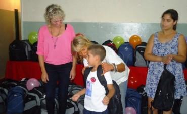 El Municipio junto a la familia y los niños: Hoy finaliza la entrega de mochilas y útiles escolares