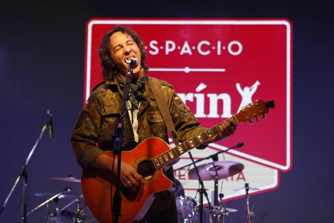 Javier Calamaro presentó sus mejores temas en Espacio Clarín