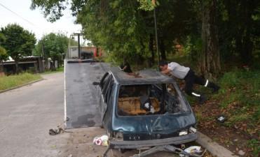 El Municipio retira autos abandonados de la vía pública