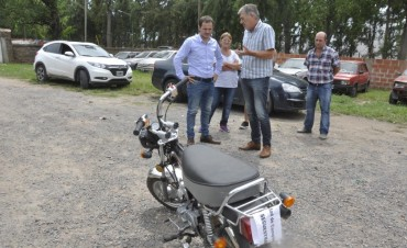 Recuperan y entregan una moto robada a su dueño
