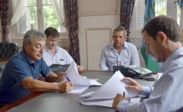 El Intendente firmó un convenio para extender el alumbrado público en Los Pioneros