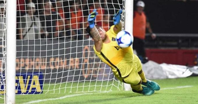 Rossi aprobò en el debut en el arco de Boca Juniors