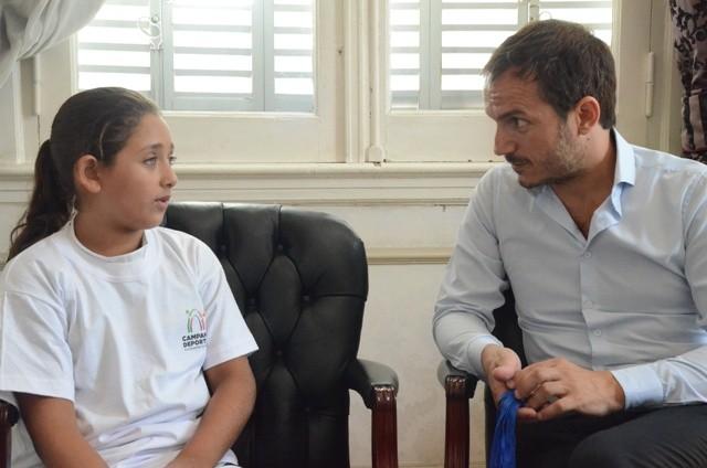 Abella recibió a la niña nadadora que logró 5 medallas en el Campeonato Argentino