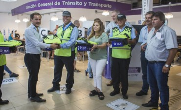 Abella entregó nueva indumentaria a los agentes de tránsito