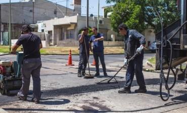 Siguen los trabajos de bacheo en las calles del casco urbano