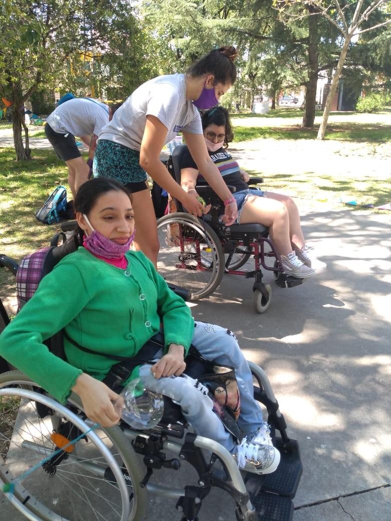 Hubo desafíos y actividades con agua en la colonia para personas con discapacidad