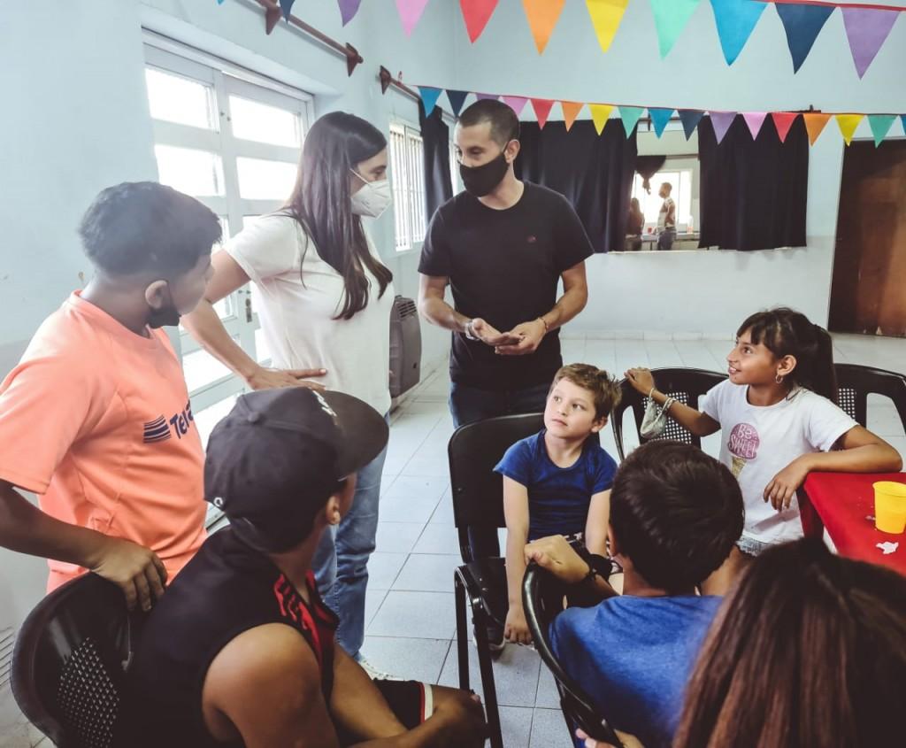 Elisa Abella visitó la Escuela Municipal de Atletismo que funciona en Lubo